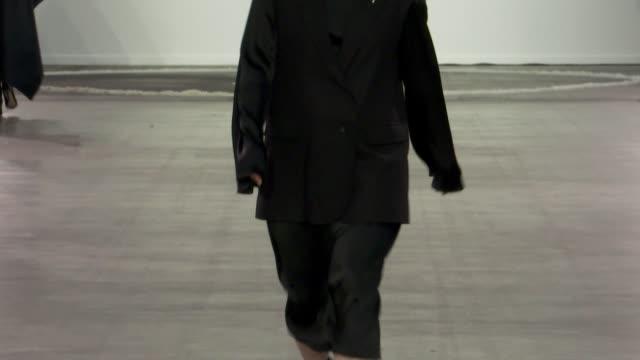 vídeos y material grabado en eventos de stock de wide and detail runway shots and designer. - colección de la moda de primavera y verano