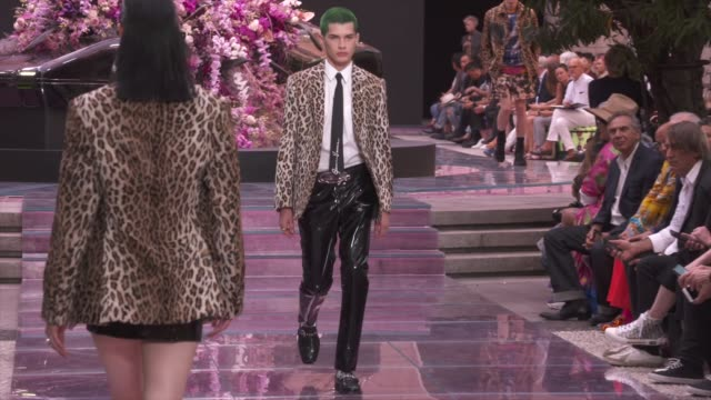 stockvideo's en b-roll-footage met wide and detail runway shots and designer - versace modelabel
