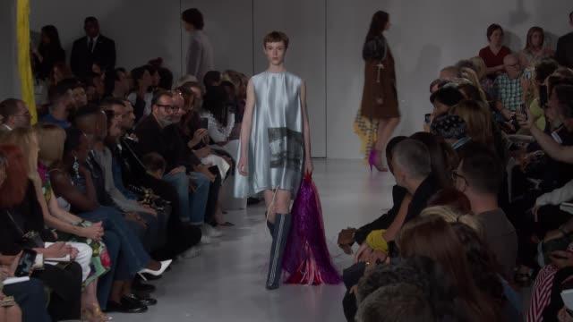 vídeos de stock e filmes b-roll de wide and detail runway shots and designer - desfile de moda