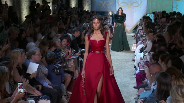 stockvideo's en b-roll-footage met wide and detail runway shots highlight of looks with finale and designer - herfst winter collectie