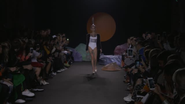 wide and detail runway shots, highlights of looks with finale and designer. - 既製服点の映像素材/bロール