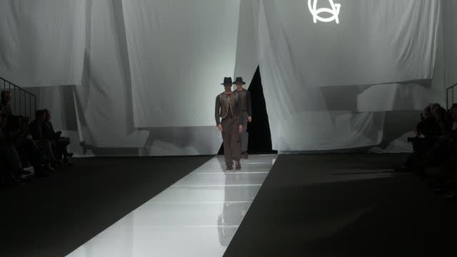 vídeos de stock, filmes e b-roll de wide and detail runway shots highlights of looks with finale and designer - giorgio armani marca de moda