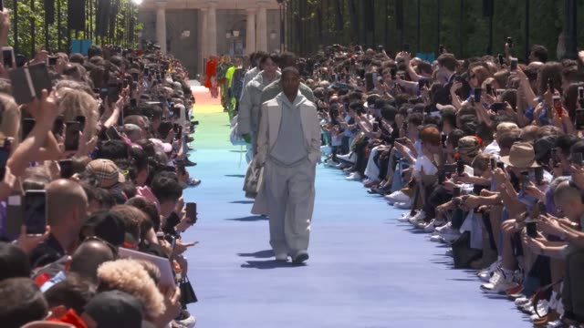 wide and detail runway shots, highlights of looks with finale and designer. - ブランド ルイヴィトン点の映像素材/bロール
