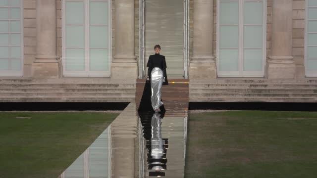 vidéos et rushes de wide and detail runway shots highlights of looks with finale and designer - semaine de la mode