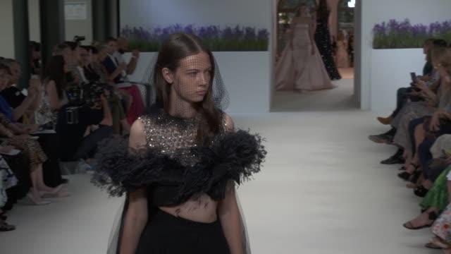 vídeos y material grabado en eventos de stock de wide and detail runway shots, highlights of looks with finale and designer. - colección de la moda