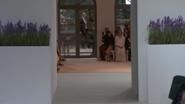 stockvideo's en b-roll-footage met wide and detail runway shots highlights of looks with finale and designer - herfst winter collectie