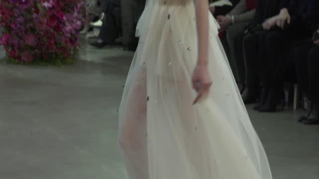 vídeos y material grabado en eventos de stock de wide and detail shots with finale and designer - semana de la moda mercedes benz