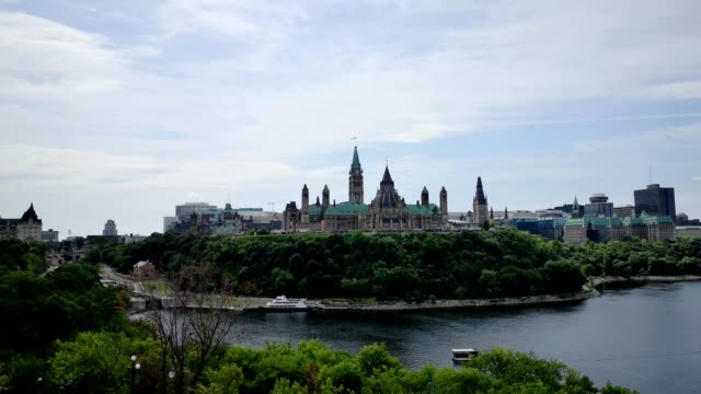 vídeos y material grabado en eventos de stock de vista aérea de gran angular 4k video de parliament hill y ottawa river - río ottawa