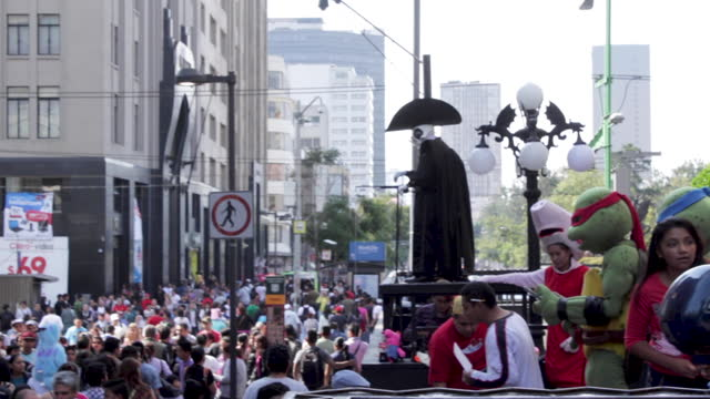 wide angle and telephoto views, handheld. people walk and gather in a weekend's normal day for madero street in the historic center of mexico city,... - ミュータント・タートルズ点の映像素材/bロール