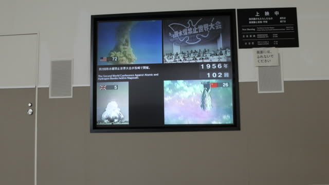 vidéos et rushes de wide angle at the atomic bomb museum nagasaki a video installation displays several videos of nuclear tests from variant nations - arme de destruction massive
