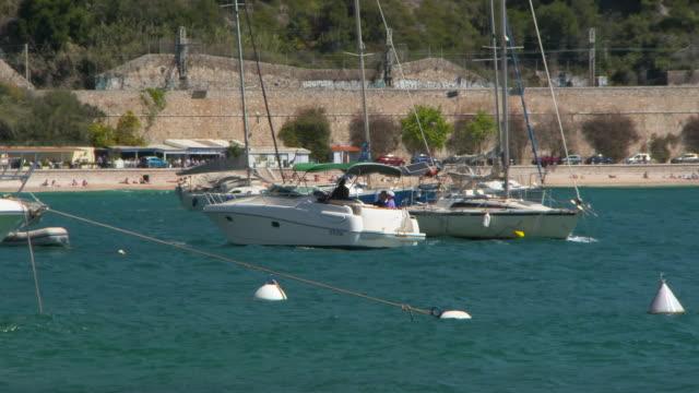vídeos y material grabado en eventos de stock de wide angle: boat driving near beach around other boats - otros temas