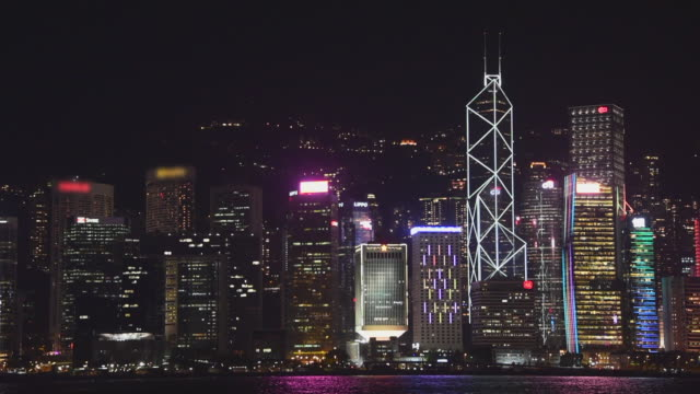 vídeos de stock e filmes b-roll de wide angle: brightly lit up buildings in hong kong - brightly lit