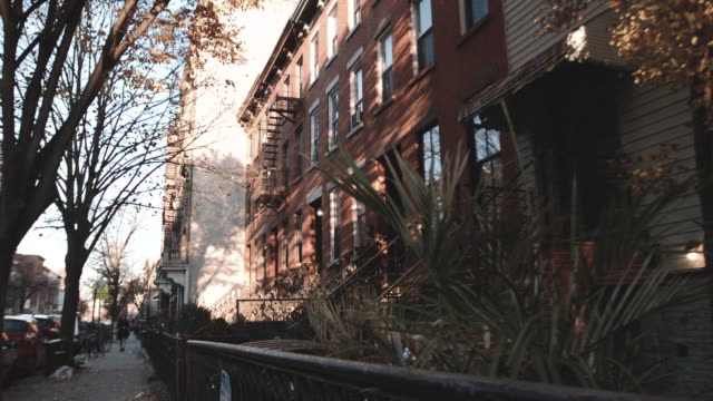 stockvideo's en b-roll-footage met wide angle dolly shot of a quiet block in brooklyn - stille