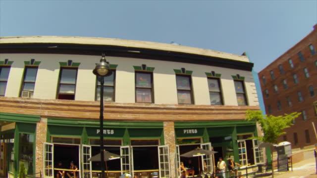 vídeos de stock e filmes b-roll de wide angle drive by quaint downtown buildings - iowa