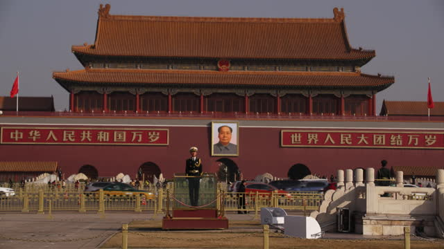 wide angle establishing shot of a security guard outside of tiananmen gate in beijing china - tor des himmlischen friedens stock-videos und b-roll-filmmaterial
