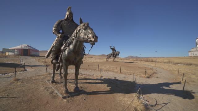 vídeos de stock e filmes b-roll de wide angle: giant bronze statues of warriors in genghis khan equestrian complex - ulaanbaatar, mongolia - ulan bator