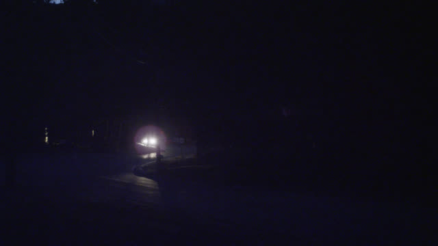 wide angle of cars driving on country road or rural area. - 角度点の映像素材/bロール