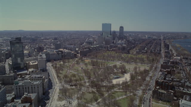 wide angle of downtown boston, skyscrapers and high rise office buildings. beacon hill and back bay neighborhoods. boston common park. charles river. horizon in background. cities. new england. - 角度点の映像素材/bロール