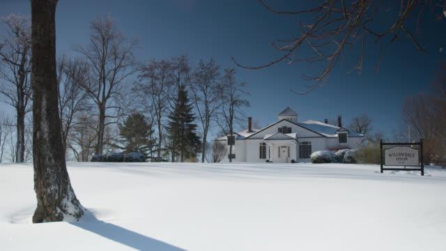 vidéos et rushes de wide angle of willowdale asylum. could be hopsital. trees and snow visible. - hôpital psychiatrique
