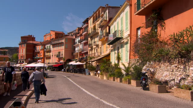 stockvideo's en b-roll-footage met wide angle: people riding bikes and walking on street - breed