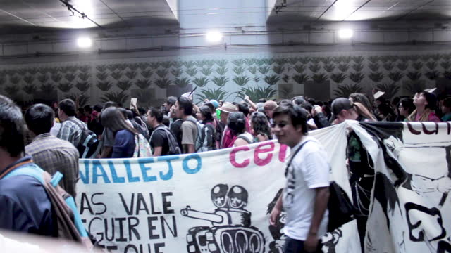 wide angle perspective, hand held, lateral view. hundreds of young protestors march and shout slogans at the overpass tunnel in eje central lazaro... - 1968 stock videos & royalty-free footage