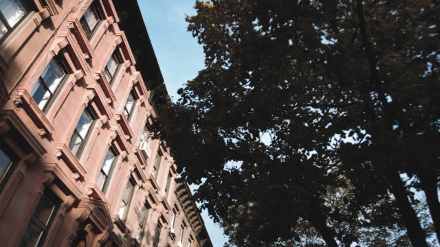 wide angle shot of an apartment building in brooklyn, new york - campo totale video stock e b–roll