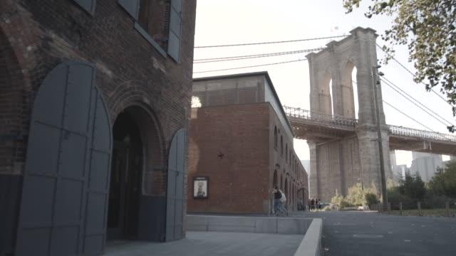 wide angle shot of nyc's brooklyn bridge on a summer afternoon. - ニューヨーク州 ブルックリン点の映像素材/bロール