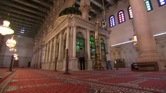 wide angle shot of the shrine of john the baptist inside of the umayyad mosque in damascus, syria on august 18, 2018. - バプテスト点の映像素材/bロール