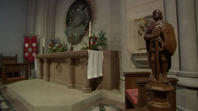 stockvideo's en b-roll-footage met wide angle shot of the war memorial chapel altar inside of the washington national cathedral on september 31 2018 - religion or spirituality