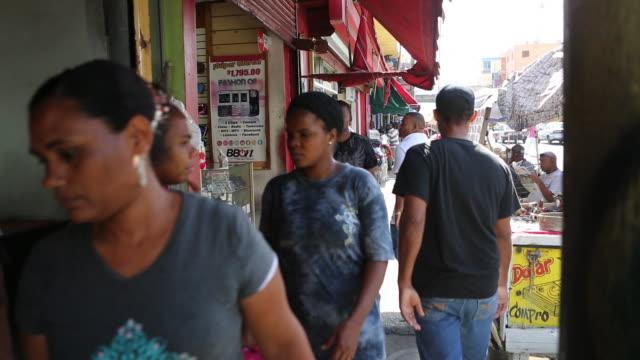 vídeos de stock, filmes e b-roll de santo domingo dominican republic november 30 2012 a wide angle shot on a busy sidewalk in a poor neighbourhood in santo domingo while many people are... - dada de cartas