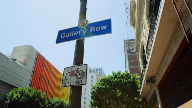 stockvideo's en b-roll-footage met wide angle: street sign (shot on red) - breed