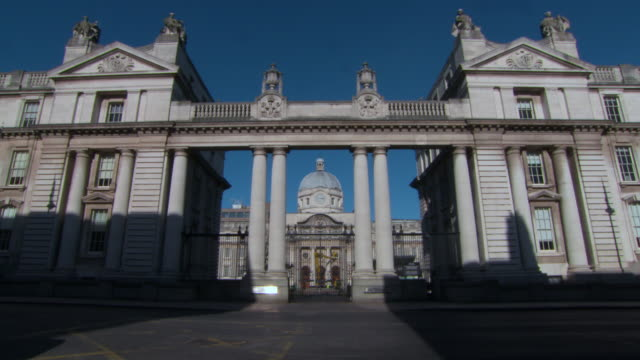 stockvideo's en b-roll-footage met wide angle: the dail irish parliament building in dublin, ireland - parliament building