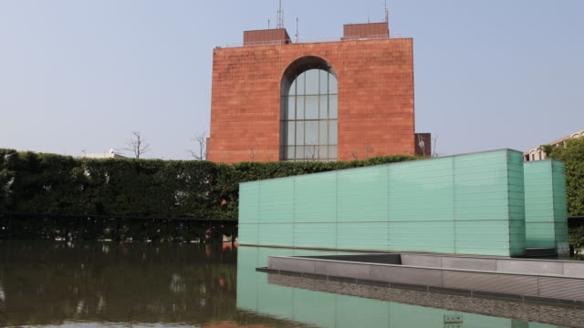 vidéos et rushes de wide angle, tilt right, at the atomic bomb museum nagasaki, entrance of the national peace memorial hall for the atomic bomb victims. - arme de destruction massive