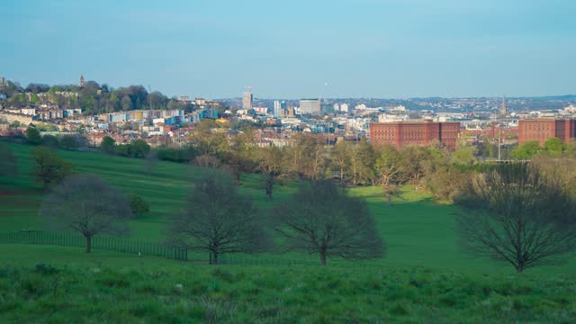 wide angle time lapse of the sun hitting the meadows of ashton court, with the city of bristol in the background, on april 09 2021, in bristol, uk. - public park stock videos & royalty-free footage