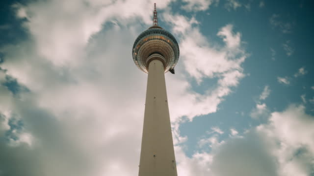 vídeos de stock, filmes e b-roll de wide angle timelapse of the fernsehturm (tv tower) in berlin - torre de televisão berlim