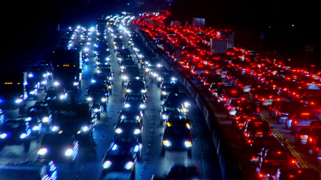 wide angle traffic moving in both directions on 405 freeway / los angeles, california - zweispurige strecke stock-videos und b-roll-filmmaterial