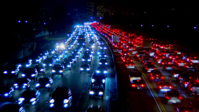 vidéos et rushes de wide angle traffic moving in both directions on 405 freeway / los angeles, california - véhicule utilitaire léger