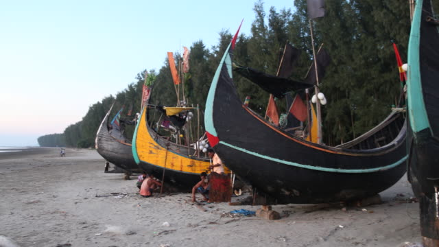 cox´s bazar bangladesh october 15 2018 wide angle view of a couple of fisher boats near cox's bazar in bangladesh at sunset while the beach can be... - cox basar stock-videos und b-roll-filmmaterial