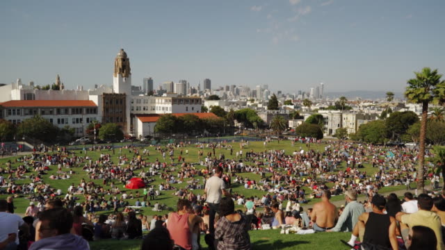 wide angle view of dolores park, san francisco - schwenk nach unten stock-videos und b-roll-filmmaterial