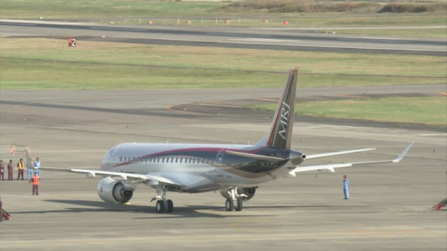 "stockvideo's en b-roll-footage met wide angle view of japan's first domestically produced commercial passenger aircraft for 50 years ""mitsubishi regional jet "" staying at the runway of... - start  en landingsbaan"