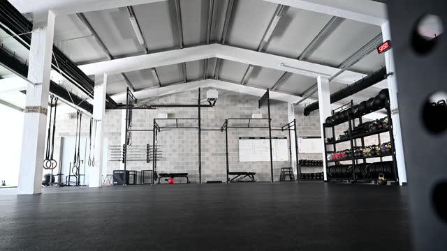 vídeos de stock, filmes e b-roll de visão grande angular do ginásio de plano aberto moderno - treino cruzado