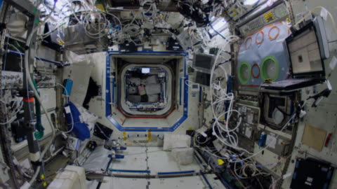 wide angle walkthrough of most parts of the spaceship which is the fruit of the international cooperation for space exploration. this video is part... - innenaufnahme stock-videos und b-roll-filmmaterial