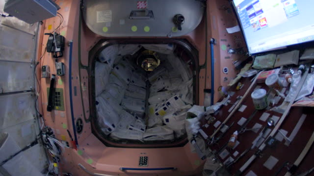 vídeos y material grabado en eventos de stock de wide angle walkthrough of most parts of the spaceship which is the fruit of the international cooperation for space exploration this video is part of... - nave espacial