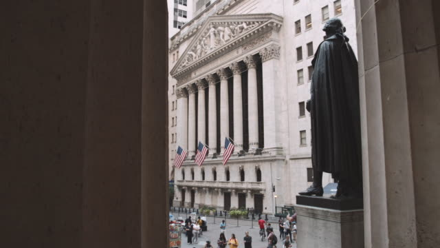 vídeos de stock, filmes e b-roll de wide angled establishing shot of new york city's wall street - 4k - wall street