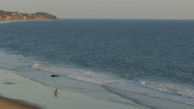 stockvideo's en b-roll-footage met 4k wide beach people walking in the distance - breed