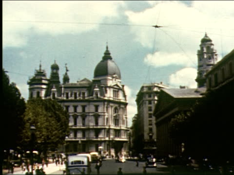 vídeos de stock, filmes e b-roll de wide boulevards, traffic, bus, across plaza de mayo showing legislative palace, city hall and the catedral metropolitana, children racing model... - buenos aires