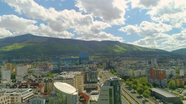 vídeos y material grabado en eventos de stock de un dron de ancho disparó sobre sofía, bulgaria - plano de plataforma rodante
