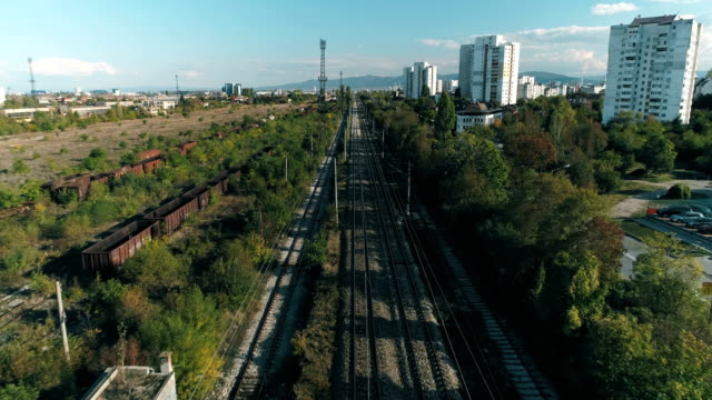 Breite Drohne geschossen Fliegen über Gleise im städtischen Umfeld