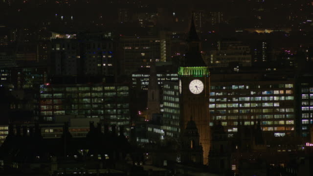 wide, elevated shot of 'big ben' and st thomas' hospital at night, central london, uk. - ビッグベン点の映像素材/bロール