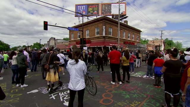 wide establishing shot of a protest at the location where george floyd was killed in minneapolis, minnesota. - minnesota stock videos & royalty-free footage